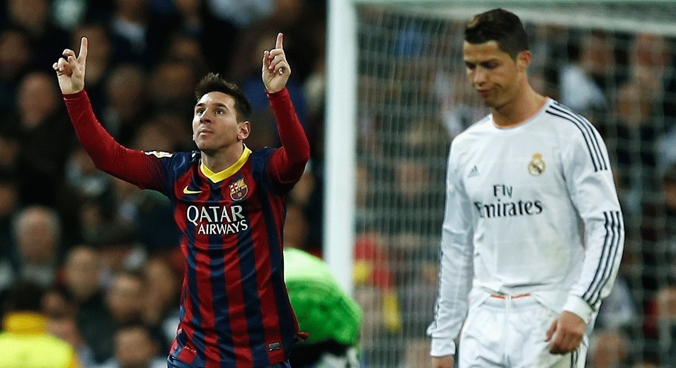 Sentimentos opostos. Messi comemora seu terceiro gol na partida enquanto Ronaldo lamenta
