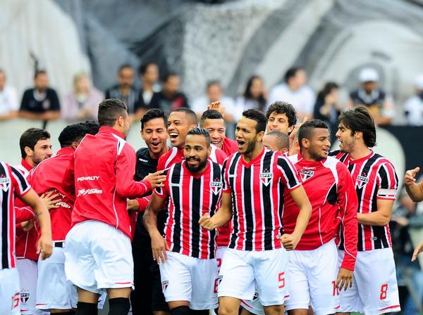 Souza comemora gol que abriu o placar para o São Paulo. (Foto: Marcos Ribolli)