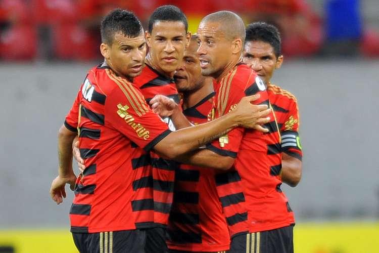 Jogadores do Sport comemoram o gol da vitória. Foto: Aldo Carneiro Costa / Gazeta Press