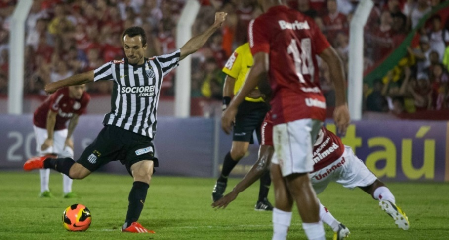 Thiago Ribeiro arrisca chute na partida contra o Internacional. O camisa 9 fez o primeiro gol do jogo