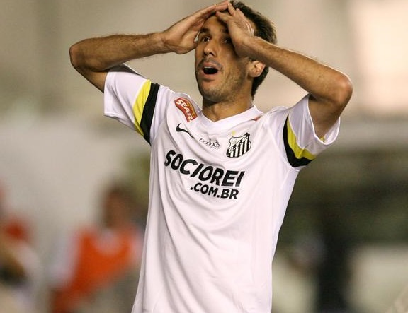 Thiago Ribeiro lamenta gol perdido. O atacante teve duas chances de gol