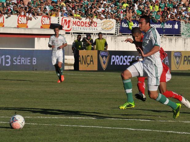 Zagueiro Tiago Alves disputa bola com Fernando Karanga. Foto: Pakito Varginha / Futura Press
