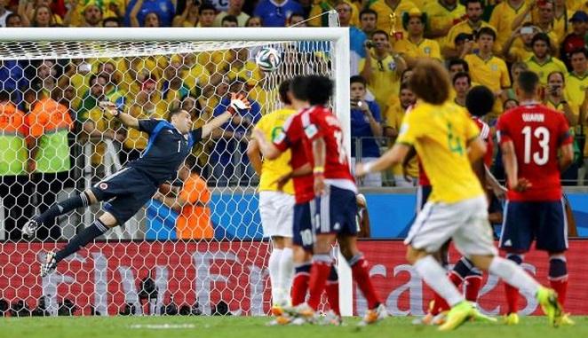 Todos jogadores em campo observam a bola de David Luiz vencer Ospina no segundo gol do zagueiro na copa. (Foto: Reuters)