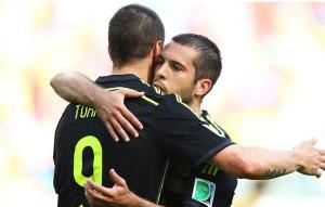 Torres comemora com Jordi Alba o segundo da Espanha. (Foto: Getty)