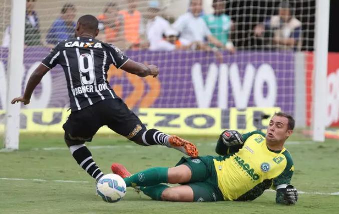 Vagner Love disputa a bola com o goleiro Renan no Serra Dourada. (Foto: Celio Messias / Gazeta Press)