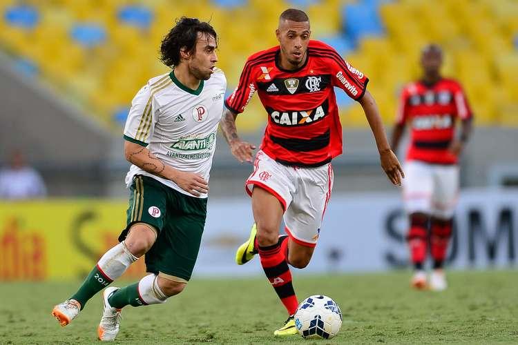 Melhor jogador do Palmeiras na partida, Valdivia disputa bola com Paulinho. Foto: Getty Images