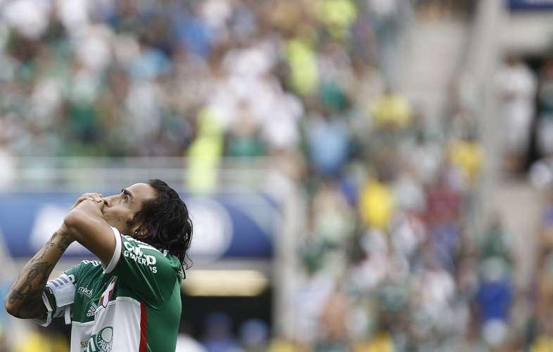 Jogando no sacrifício Valdivia teve grande atuação. Foto: Miguel Schincariol / Gazeta Press