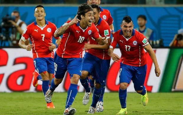 Chilenos comemoram gol de Valdívia. Foto: Reuters