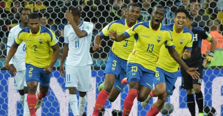 Valencia corre para comemorar o gol da virada do Equador sobre Honduras