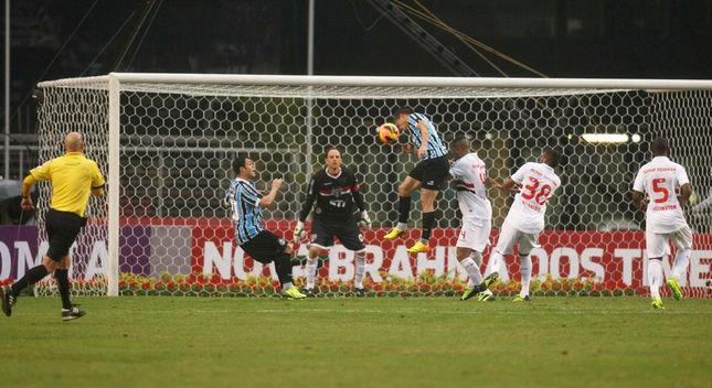 Vargas testa firme para superar Rogério Ceni. Foto: Tom Dib / LANCE!Press