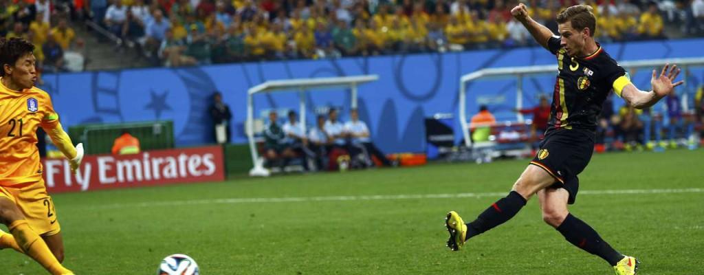 Vertonghen aproveita bola rebatida para marcar o gol da Bélgica. Foto: Eddie Keogh / Reuters