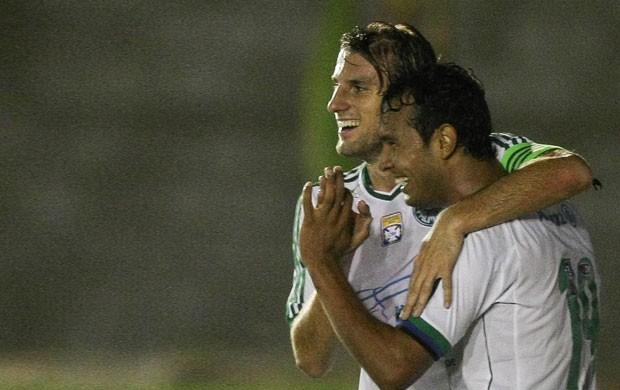 Vinícius e Henrique comemoram o primeiro gol do verdão. Foto: Cesar Greco / AE