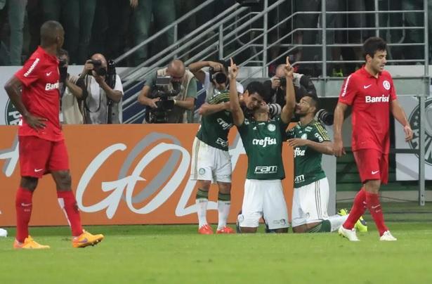 Vitor Hugo comemora o gol palmeirense da partida diante do Inter. (Foto: Leonardo Benassatto / Futura Press)
