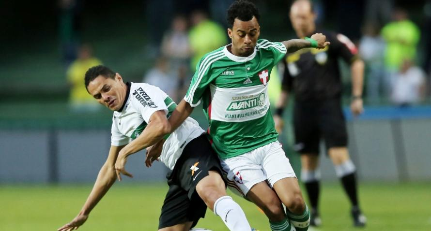 Wesley disputa a bola com Helder na derrota palmeirense (Foto: Heuler Andrey / Getty Images)