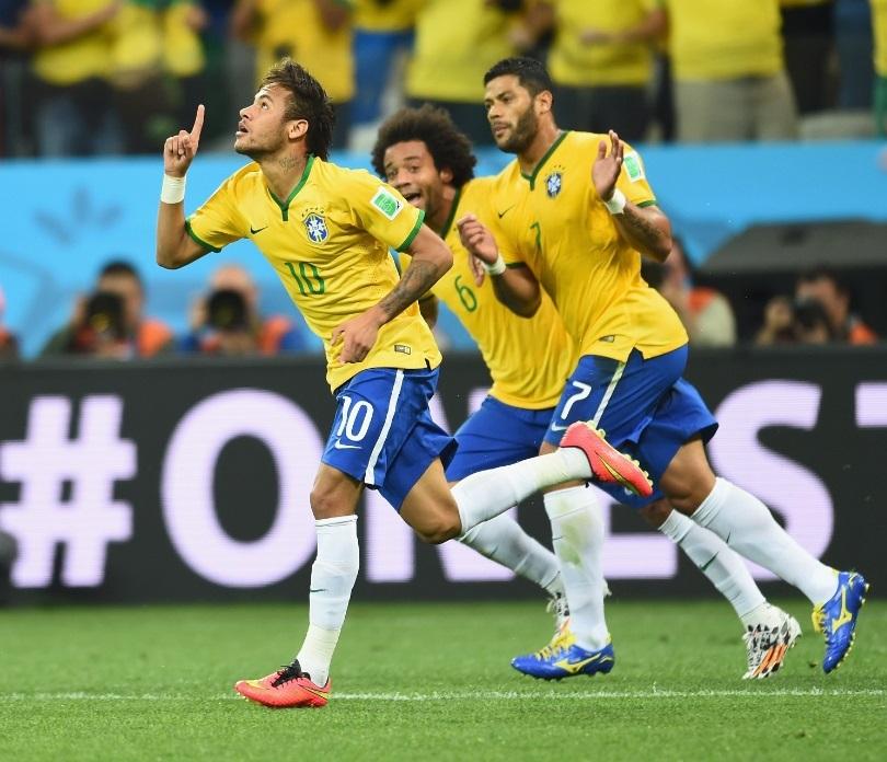 Neymar comemora gol de empate ao lado de Hulk e Marcelo. (Foto: Flavio Florido / Uol)