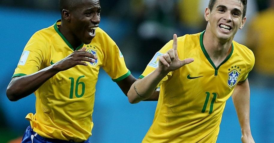 Oscar comemora o terceiro gol brasileiro na partida ao lado de Ramires. (Foto: Flavio Florido)