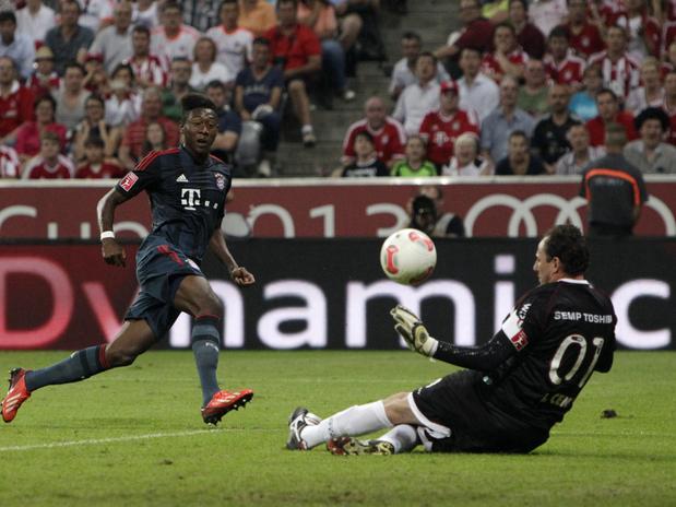 Rogério Ceni defende bola cara a cara com Alaba. (Foto: AP)