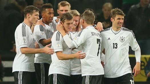 Alemães comemoram gol que garantiu vaga na Copa. (Foto: Getty)