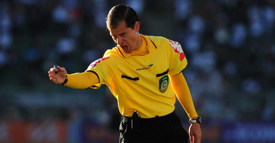 arbitro-rodrigo-guarizo-do-amaral-marca-falta-no-classico-do-pacaembu-1375044488300_956x500