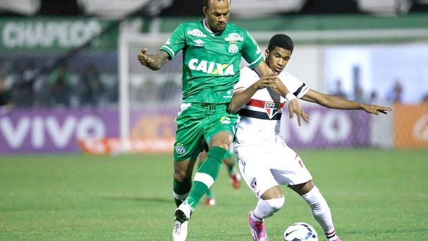 Bruno Silva e Ewandro disputam a bola no primeiro tempo (Foto: Márcio Fernandes / Agência estado)