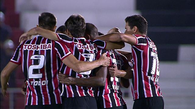 Jogadores do São Paulo comemoram gol junto ao ataque Pato. (Foto: Gazeta Press)