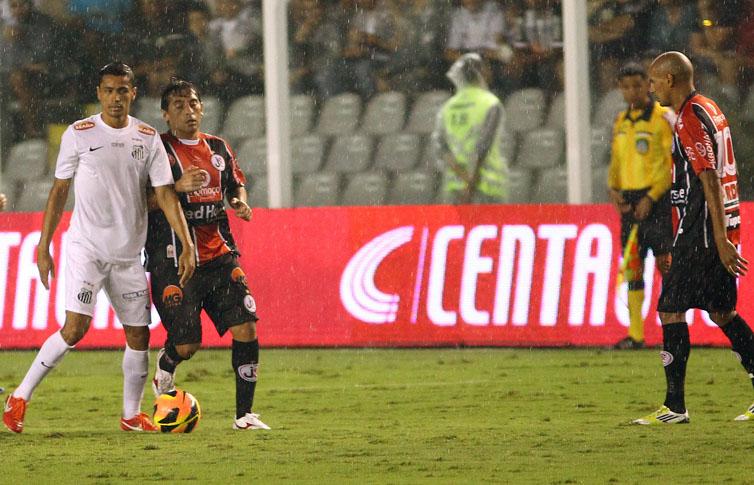 Cicero observa a bola na partida contra o Joinville na VIla (Mauricio de Souza/VIPCOMM)