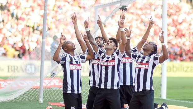 Jogadores do Santos comemoram gol de Robinho e agradecem ao céu. (Foto: André Durão)