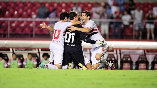 Comemoração tricolor, após gol 123 de Ceni. (Foto: Marcos Ribolli).