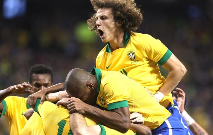 Jogadores brasileiros comemoram gol da vitória. (Foto: Mowa)