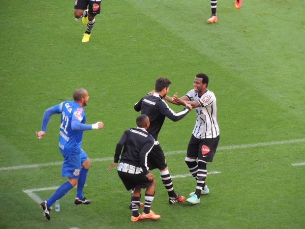 Gil sai para o abraço ao ampliar para o Corinthians. (Foto: Reprodução).
