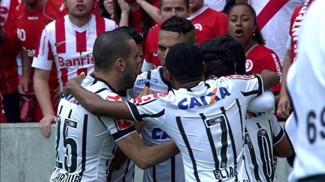 Corintianos comemoram gol de Guerrero. (Foto: Reprodução)