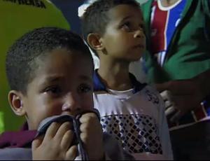 Crianças assustadas com a confusão no estádio