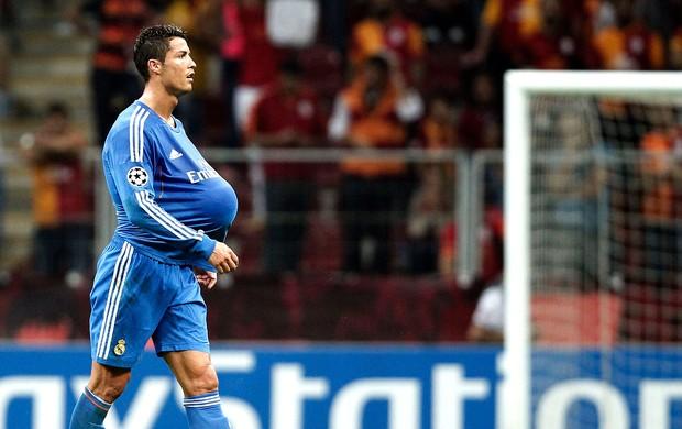Cristiano Ronaldo levou a bola pra casa após o fim da partida. (Foto: Reuters).