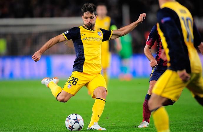 Diego acerta um lindo chute e faz um golaço. (Foto: AP)
