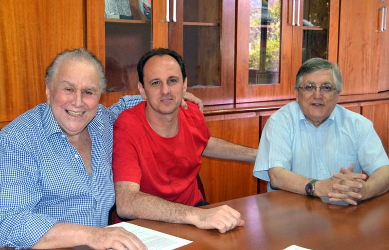 Juvenal Juvêncio, Rogério Ceni e Adalberto Baptista acertam contrato. (Foto: São Paulofc.net)