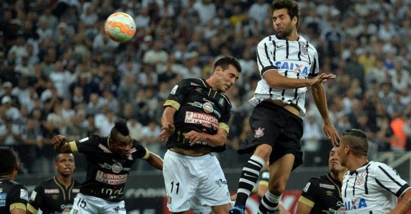 Felipe sobre mais que todo mundo para fazer o segundo gol do Corinthians. (Foto: Ricardo Nogueira/Folhapress)