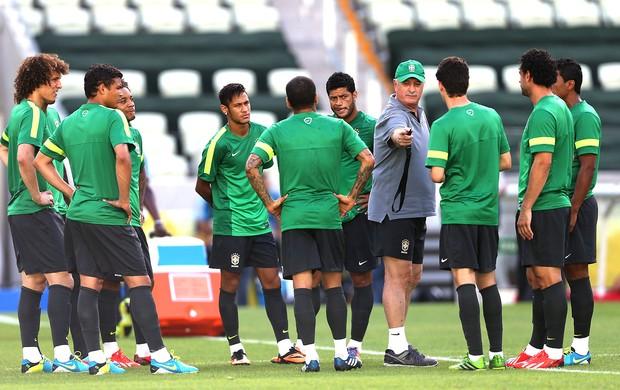 Felipe da treino para jogadores da seleção antes do amistoso diante da Suiça. (Foto: EFE)