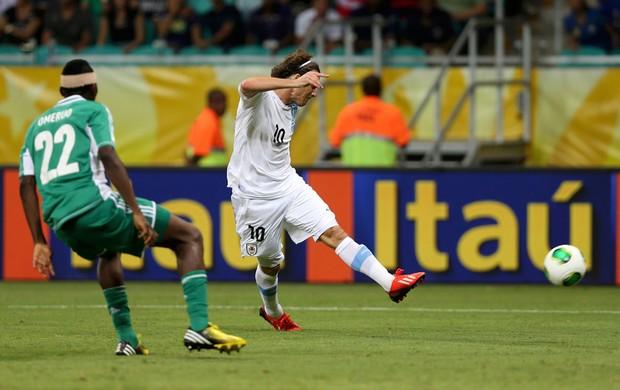 Forlán marca um golaço em seu centésimo jogo com a camisa Celeste (Foto: Reuters)
