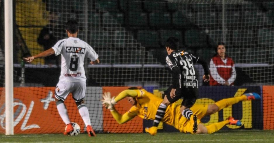 Cássio faz defesa e barra ataque do Figueirense (Foto: Eduardo Valente/Frame)
