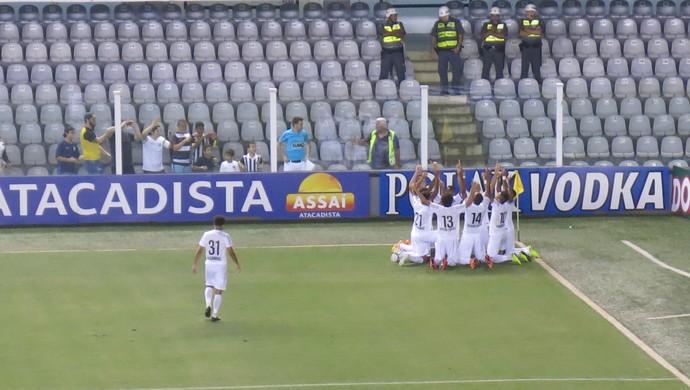 Jogadores do Santos ajoelham para comemorar o gol de Ricardo Oliveira no primeiro tempo (Foto: Bruno Giufrida)