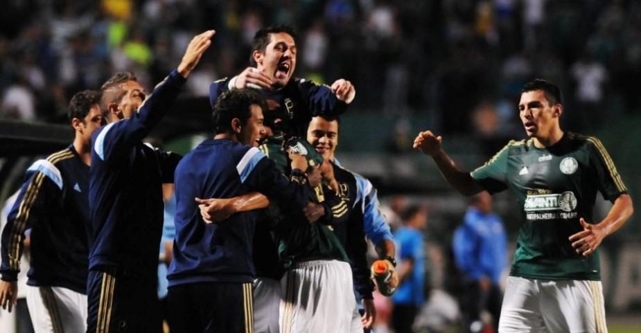 jogadores do Palmeiras comemoram gol junto com o artilheiro Alan Kardec. (Foto: Junior Lago/UOL)