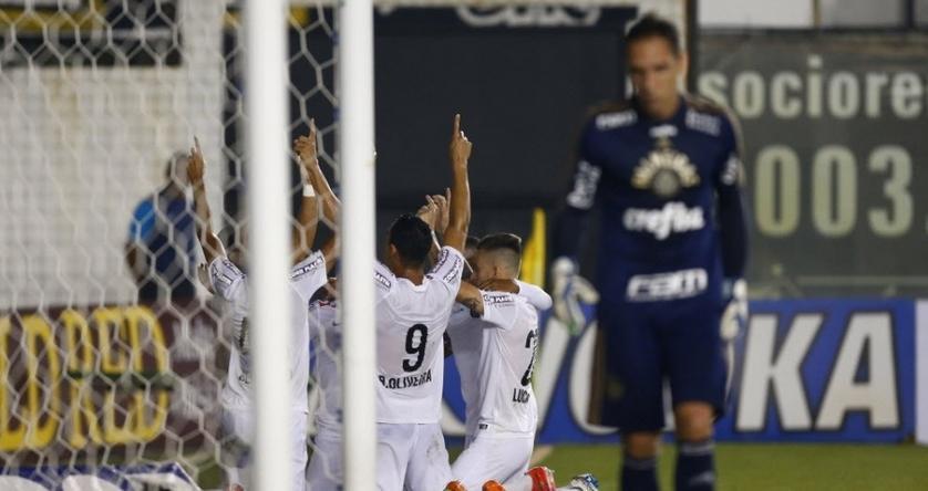 Jogadores do Santos comemoram o primeiro gol diante do Palmeiras. (Foto: Eduardo Anizelli/Folhapress)