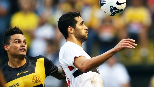 Kardec domina bola sob a marcação de Fábio Ferreira. (Foto: Marcos Ribolli)