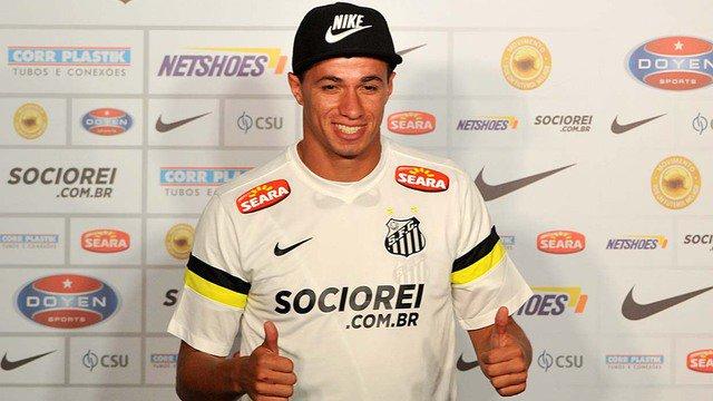 Leandro Damião é apresentado oficIalmente com a camisa do Peixe (DIVULGAÇÃO)