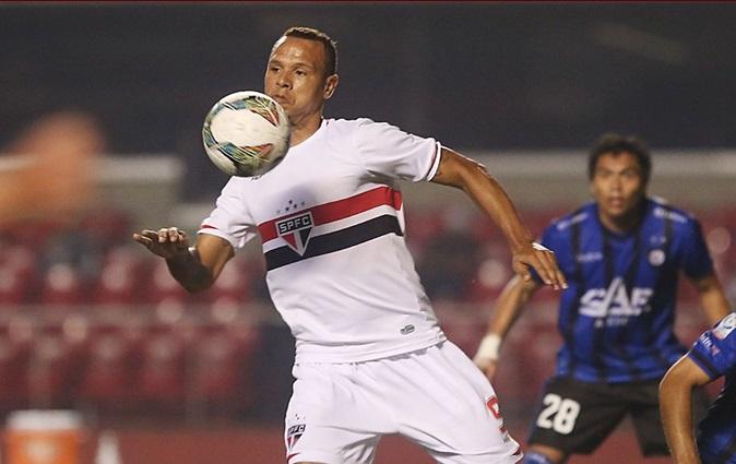 Luis Fabiano pediu chance como titular, mas em lance isolado foi expulso. (Foto: Rubens Chiri)