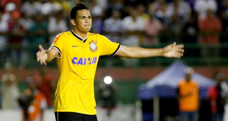 luciano comemora o primeiro gol marcado contra o Bahia de Feira. (Foto: Rodrigo Coca / Foto Arena)