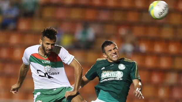 Lúcio, em disputa de bola com Leandro, da Portuguesa (Foto: AE)