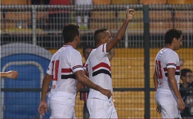 Luis Fabiano comemora gol, após bela assistência de Ganso. (Foto: Rubens Chiri)
