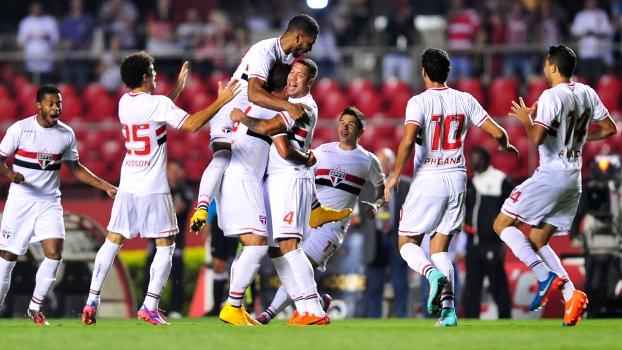 Maicon comemora gol companheiros, após golaço. (Foto: Gazeta Press).