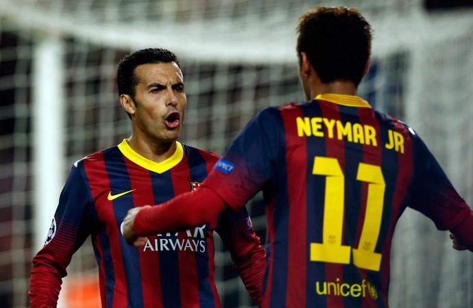 Pedro festeja com Neymar: brasileiro deu passe para o gol do companheiro (Foto: Reuters)
